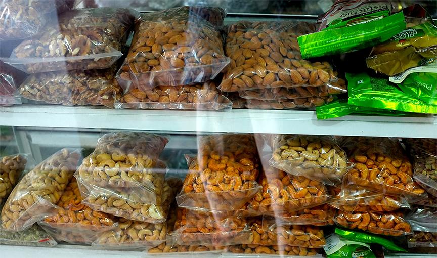 ANL cung cấp hạnh nhân đóng gói theo quy cách túi 1kg, 2kg, có tem nhãn hoặc không có tem nhãn để phục vụ cho các cửa hàng, hệ thống chuỗi cửa hàng, các siêu thị... sản phẩm túi hạt hạnh nhân được trưng bày trên kệ tại 1 cửa hàng ở tphcm