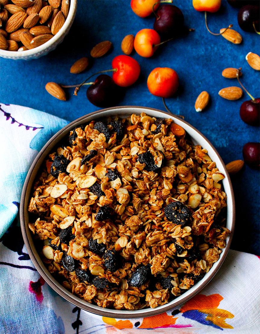 món Granola Almonds với yến mạch, hạnh nhân, mật ong, trái cây sấy khô.