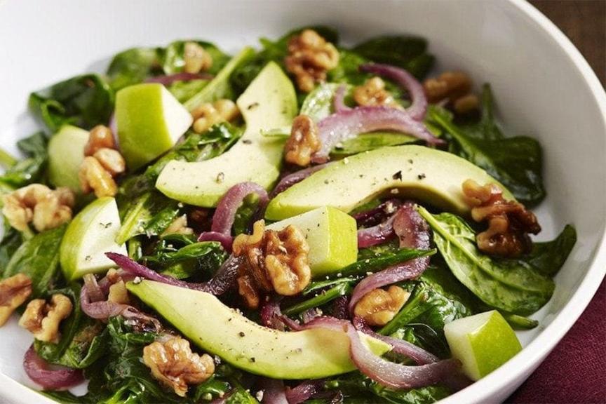 salad rau trộn với nhân hạt óc chó
